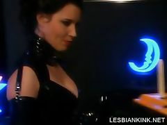 Slave in latex gets her lesbo cunt dildoed