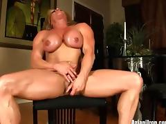 Female bodybuilder Wanda expose her big clit